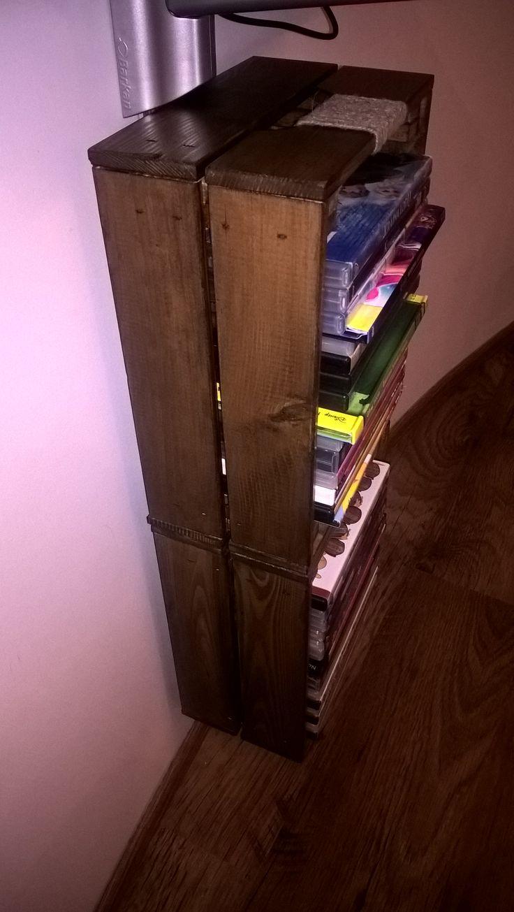 półka na płyty DVD, półka pod DVD, półka wisząca, półka diy - skrzynki z Ikea pomalowane lakiero-bejcą, rączki oplecione sznurkiem parcianym, przykręcone do deseczki i w całości przyklejone za pomocą vikol do ściany