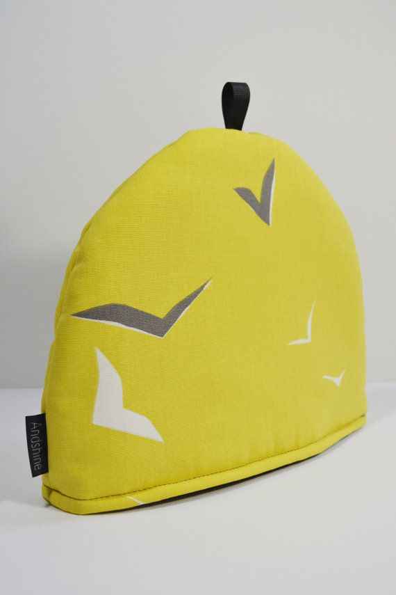 Made with Scion Flight Simple yet ultra modern design. Gull Yellow background with Gull Grey & White birds Size 10 (H) x 13(L) Big enough for a large teapot Insulated with 6oz polyester wadding - Keep pot nice & hot! Ribbon loop on top for hanging Machine Washable PLEASE NOTE -