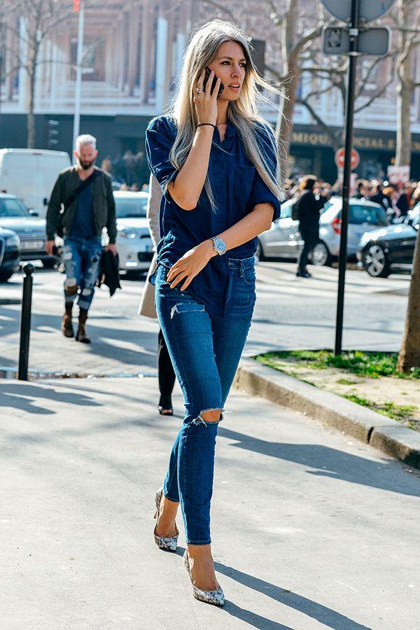 Street style com maxi camisa azul marinho, calça jeans skinny e scarpin