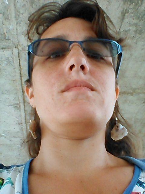 selfie toma contrapicada bajo techo parada