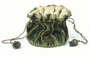 Prvé zmienky o kabelkách by sme našli už v 14.storočí. Samozrejme sa predpokladá, že tento predmet v dnešnej dobe nazývaný kabelka sa používal už dávno predtým. V tejto dobe sa našli hieroglyfy, ktoré poukazujú na starovekých predchodcov s taškami uviazanými okolo pása. Predpokladáme že táto módna a zároveň praktická taška vznikla z praktického účelu. Dámy potrebovali mať po ruke svoje pomôcky, parfémy a iné drobnosti.  http://www.vegalm.sk/historia-vzniku-kabeliek/