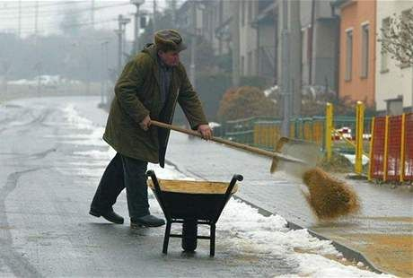 Obyvatelé Prahy sice mají zakázáno použít na chodníky sůl, není ale jasné, kdo by měl dodržování vyhlášky kontrolovat. Není si tím jistý magistrát, strážníci ani městské části. Vyhláška zakazuje i použití škváry nebo popelu. Kontrolu na posypy mají jen na Praze 6, zde vysílají do ulic své inspektory.