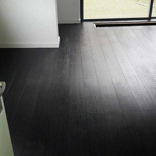 Eiken parketvloer donker grijs gekleurd Door onderhoudvanparket.nl
