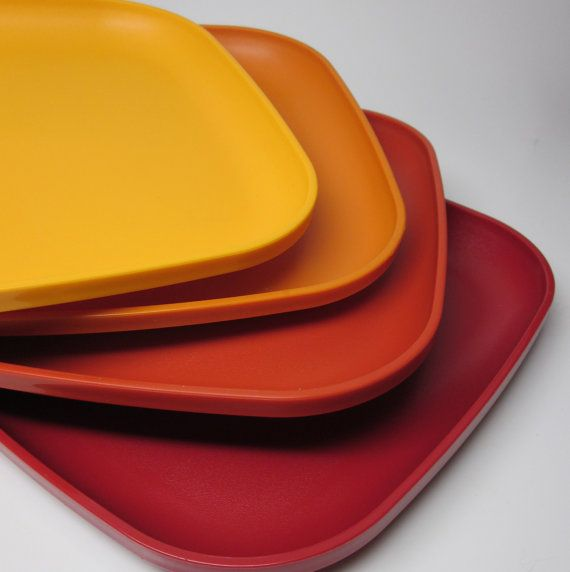 70s vintage tupperware plate set: awesome idea for kids.