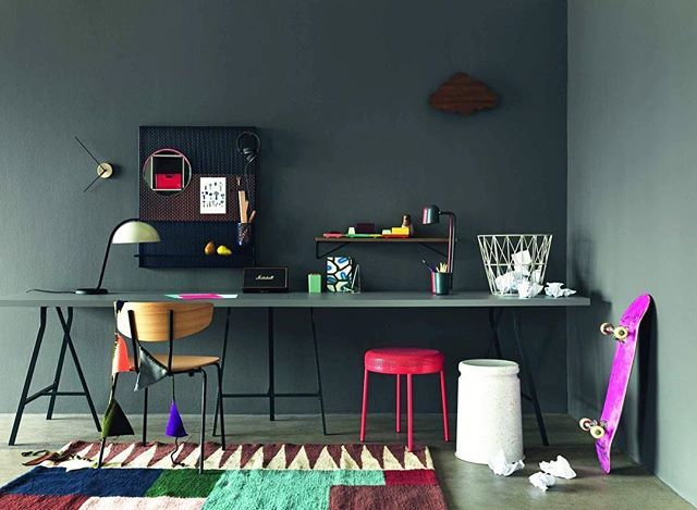 Skapa ditt eget rum för kreativitet! Med bordsskivor och benbockar räcker det ju med en vägg eller bara ett hörn för att få plats med ett skrivbord för både arbete, läxläsning och pyssel. Styling: Elin Hermansson. Foto: Jonas Ingerstedt #plazainteriör