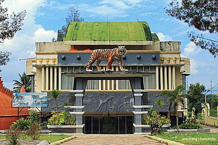 Zoological Museum Kinantan Bukittinggi new operational early in 2010. It is located in the area zoo and culture Kinantan Bukittinggi, precisely in the east. The building is unique because of the shape of fish and in front of the building there is a statue of a tiger that will allow us to recognize it.  More than 80% that are here is knowledge, so that when the back after the holidays, our brains crammed full with useful stories that will be presented again to relatives there.