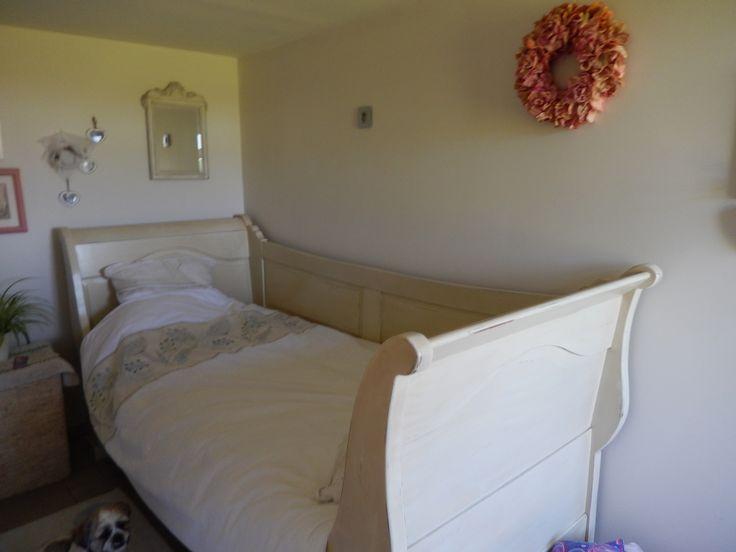 met de hand gemaakt landelijk bed door meubelmaker