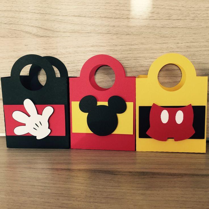 Sacolinha decorada com os personagens Mickey ou Minnie.