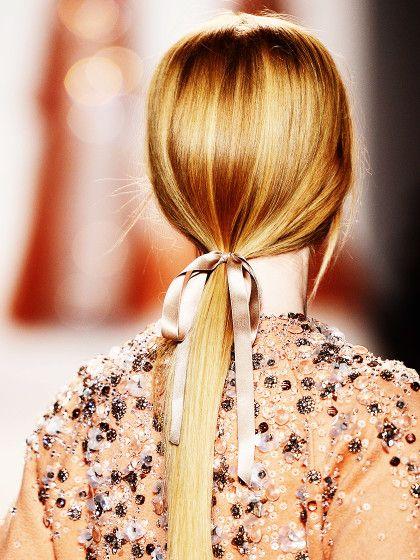 blonde Haare mit schwarzem Haarband