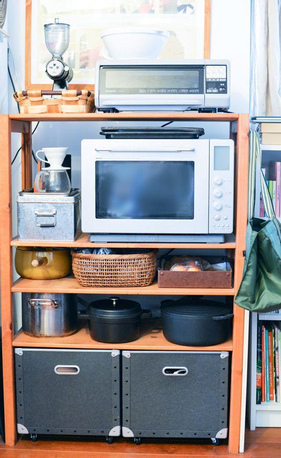 冷蔵庫横のオープンラックにキッチン道具を並べて