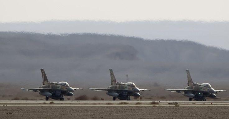 Jatos F-16 da Força Aérea israelense aguardam a vez de tomar voo na base aérea de Ovda, no deserto de Negev, ao sul de Israel, durante o exercício Bandeira Azul. A atividade faz parte de uma série de manobras aéreas internacionais. Segundo o Exército israelense, é a primeira vez que um exercício desses é conduzido entre aviões de combate israelenses, americanos, gregos e italianos Ariel Schalit/AP