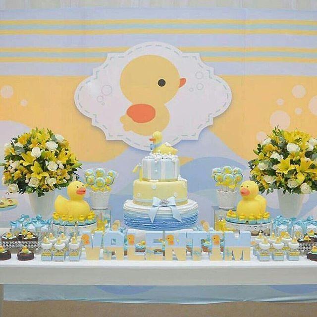 Agora uma ideia no tema patinhos para chá de bebê. Decoração azul e amarela para chá de bebê unissex com tema patinhos de borracha. Dá pra usar até os brinquedos do bebê para decorar a mesa do bolo. Uma ideia bem diferente de tema.