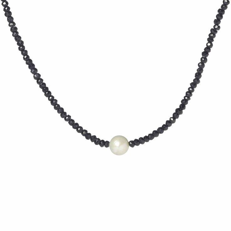 Midnight, collana in argento 925 con una fila di rondelle sfaccettate di spinello nero e al centro una perla coltivata d'acqua dolce barocca.