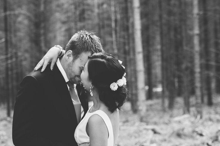 Bröllop i skogen - Bröllop i lada - Romantiskt och lantligt bröllop i Sverige, Fotograferat av Bröllopsfotograf Beatrice Bolmgren - Makeup & hår Sofia Boman