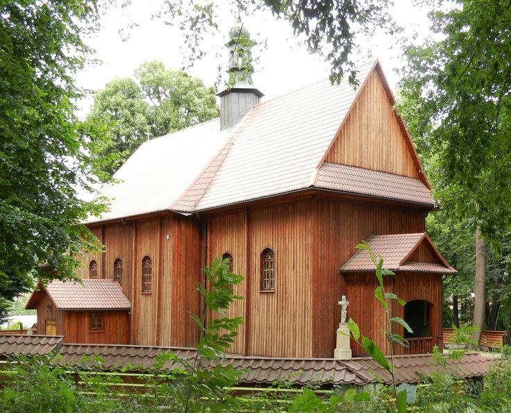 Drewniany kościół św. Marcina z 1730 r. posiada wyposażenie wnętrza z XVII i XVIII w.