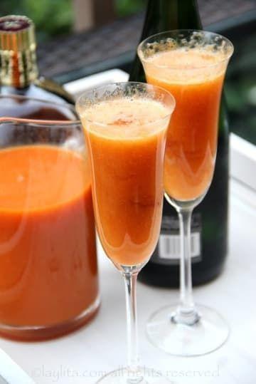 Aqui você bate o pêssego – frescos e maduros, ou em calda – no liquidificador com água e açúcar, passa para uma jarra e acrescenta uma garrafa de espumante ou vinho frisante. Chique demais. Veja a receita aqui.