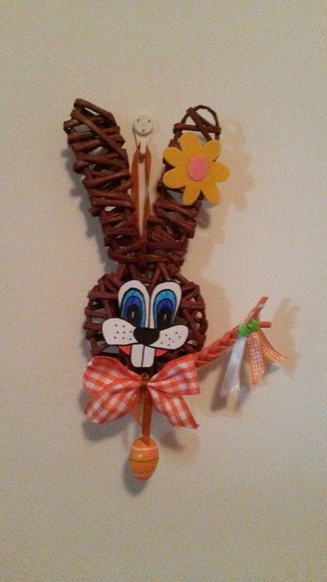conejo de pascua tejido con rollitos pintados de papel periodico