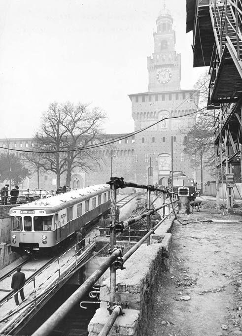 I treni della Metro Rossa, Linea 1, vengono calati all'interno del tunnel presso piazza Cairoli, davanti al Castello Sforzesco.   http://milanoarte.net/it/visite-guidate-a-milano