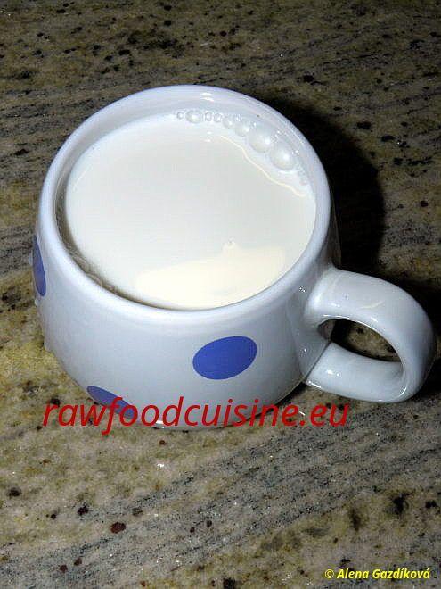 Raw vegan mandľové mlieko