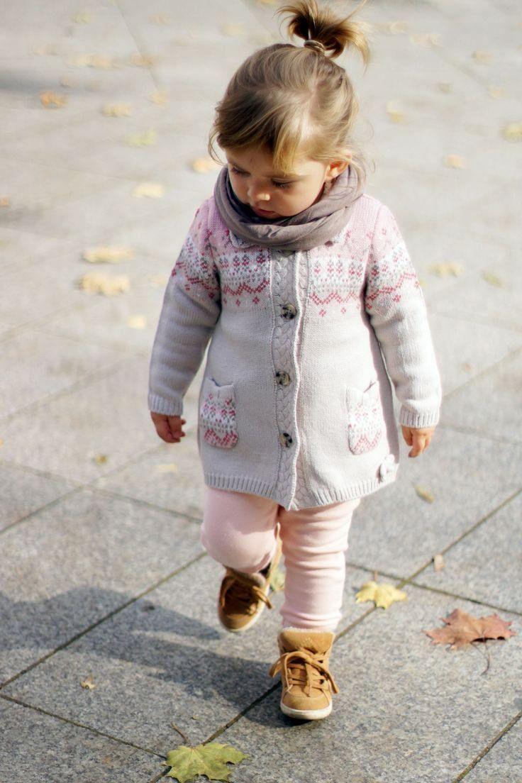 vêtements bébé fille pour l'automne: cardigan rose pastel à motifs
