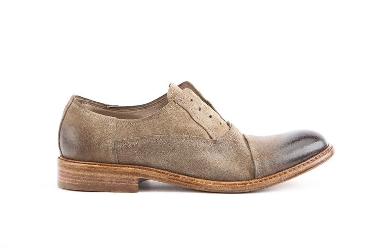 Calzatura no lace uomo con puntina, pellame Savage colore sabbia. Man no lace shoe with tip, Savage leather in sand color.