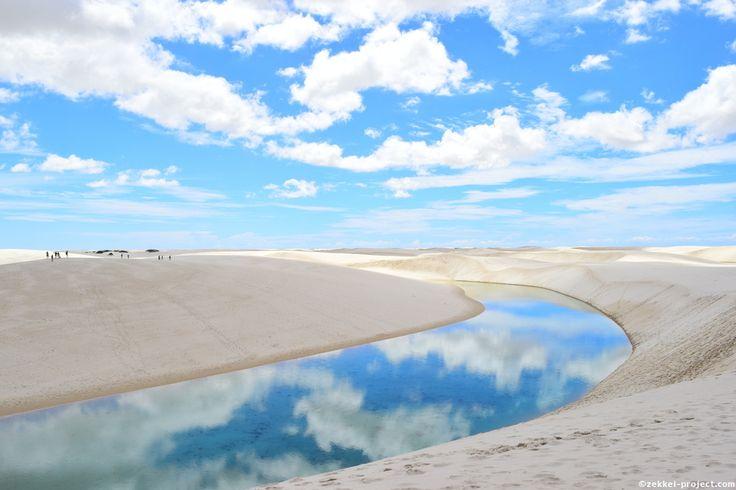 雲が映るレンソイス・マラニャンセス国立公園の湖