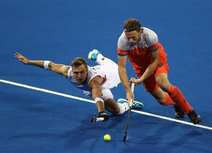 Bob de Voogd (R) of the Netherlands is challenged by Emmanuel Stockbroekx during the Men's semi final hockey match between Belgium and the Netherlands on Day 11 of the Rio 2016 Olympic Games held at the Olympic Hockey Centre on August 16, 2016 in Rio de Janeiro, Brazil. Photo: David Rogers/Getty Images