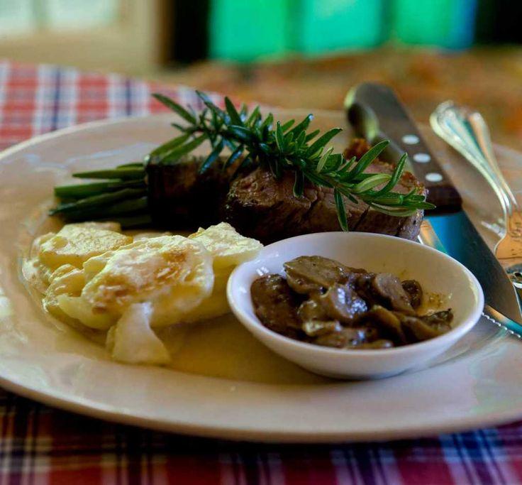 Dela oxfilén i fyra portionsbitar. Bryn i smör, salta och peppra. Stek färdigt i ugn vid 110° till önskad innertemperatur.Potatisgratäng: Skala potatis och lök och skär i tunna skivor. Varva potatis och lök i en smord form. Salta och peppra. Slå över grädden och avsluta med osten. Baka vid 200° i 45–50 minuter, tills potatisen är mjuk.