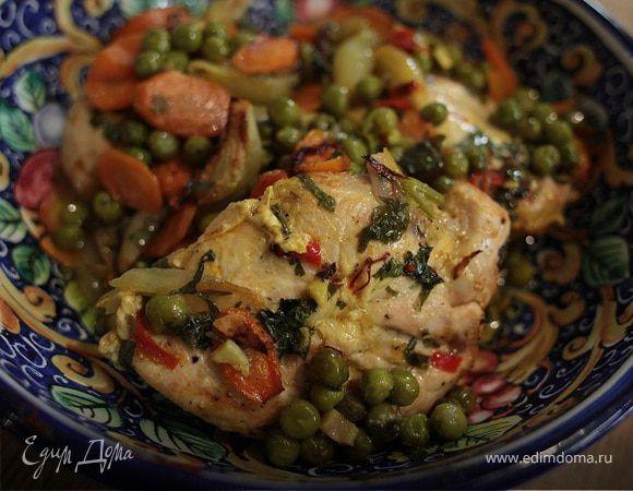 Цыпленок с зеленым горошком, морковью и шафраном . Ингредиенты: куриные грудки, горошек зеленый замороженный, лук-шалот
