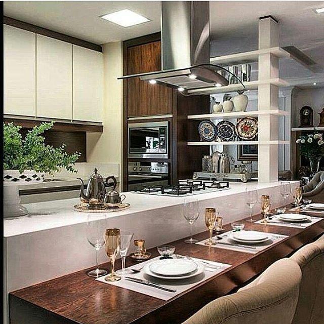 """112 curtidas, 2 comentários - Arquitetura Cláudia Togni (@arqclaudiatogni) no Instagram: """"Cozinha com a área de refeição mais baixa e cadeiras acolchoadas...um charme! #arqclaudiatogni…"""""""