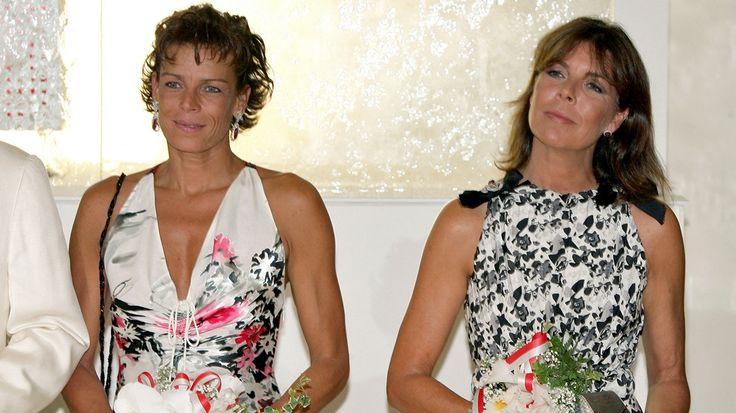 Stéphanie (links) mit ihrer älteren Schwester, Prinzessin Caroline von Hannover, während des Rot-Kreuz-Balles am 5. August 2005 in Monaco.