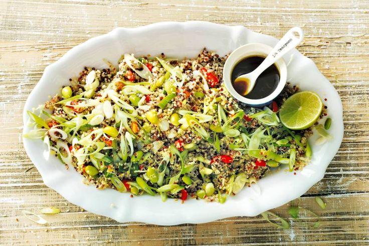 De zachte smaak van de edamame (jonge sojabonen) past goed in deze salade van quinoa, rauwkost en de Aziatische dressing - Recept - Quinoasalade met edamame - Allerhande