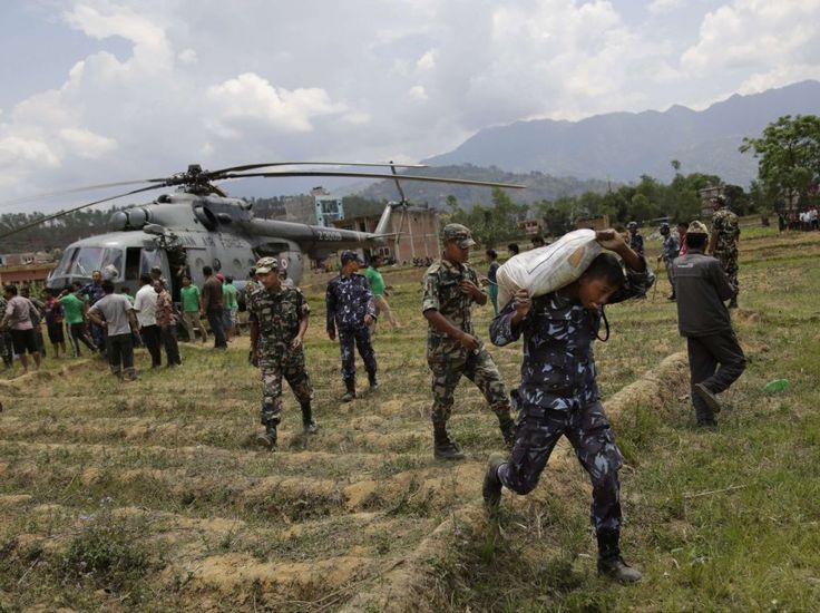 PHOTOS. Népal : après le drame, l'élan de solidarité - Les soldats népalais ont bénéficié d'hélicoptères indiens pour amener de la nourriture