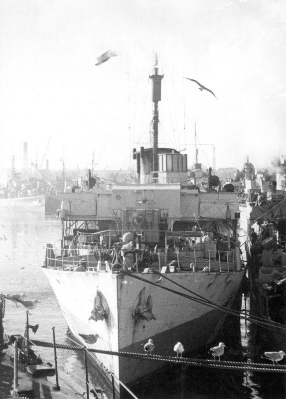 Канадский корвет «Сноубэрри», пришвартованный к другому кораблю в порту
