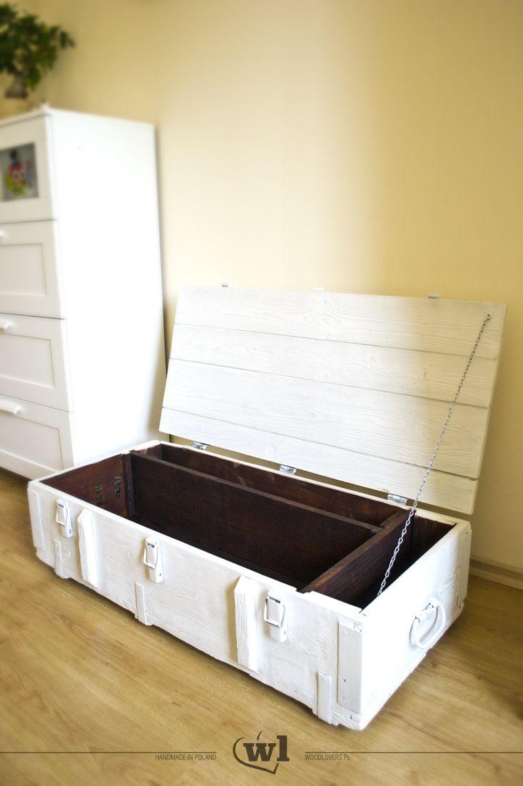 Duża, postarzana skrzynia drewniana w kolorze białym. Wnętrze skrzyni posiada dwie, wyjmowalne przegródki w ciemnym, kontrastowym kolorze. Skrzynie bardzo łatwo przenosić, dzięki metalowym uchwytom. Skrzynia została pomalowana farbą akrylową wysokiej jakości, zaś wnętrze zabezpieczone jest olejem do drewna. Wykorzystane materiały: lite drewno sosnowe, farba akrylowa, bejca, olej do drewna Wymiary ok.: 102x50x32 cm Waga ok.: 23kg