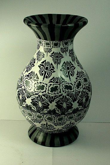 Gemaakt met Sculpey premo polymeerklei zwart en wit in damast patroon. Damast patronen staan bekent om de mooie krullen. Bij dit vaasje zijn de patronen door de zachte klei uit model geraakt maar geeft ook een leuk effect. www.kleishop.nl