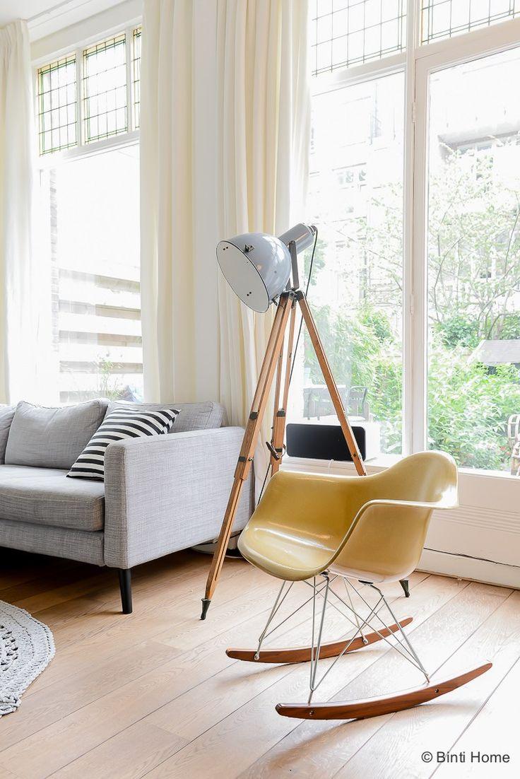 Okergeel vitra schommelstoel industriele lamp Binnenkijken in een bijzonder familie huis verkoop fotografie ©BintiHome