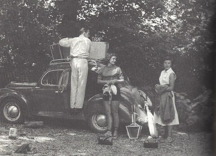 Jacqueline Bouvier (center) on her twenty-first birthday at Borda Berri in Basque country, leaning against the Dyna Panhard (July 28, 1950). Left: Yusha Auchincloss ; right: Solange Batsell.