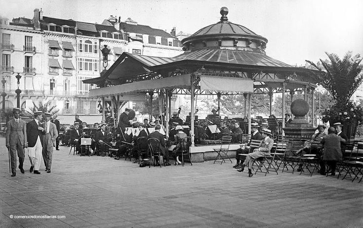 Antiguo quiosco de música en los jardines de Alderdi Eder,cuando lo que hoy es el Ayuntamiento,antes fué uno de los casinos mas prestigiosos de Europa.