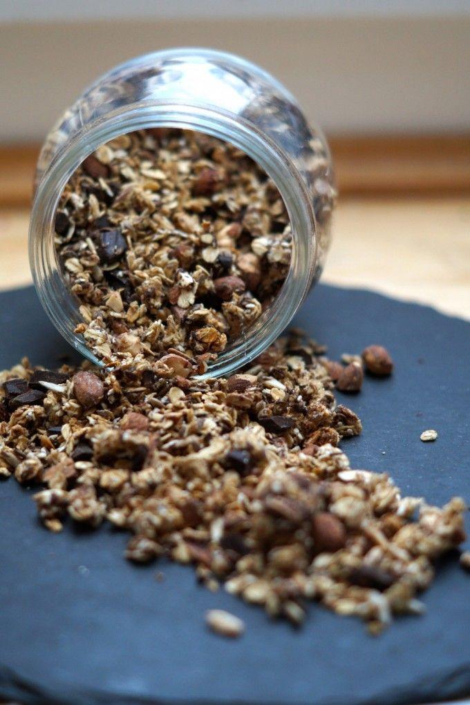 En opskrift på sund chokoladegranola med masser af kerner, frø, havregryn og nødder. Hele herligheden er vendt i honning og peanutbutter