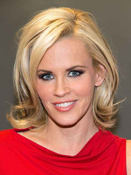 •Jenny McCarthy  layered, above-the-shoulder cut gives her flippy ends and a face-flattering lift at the crown.