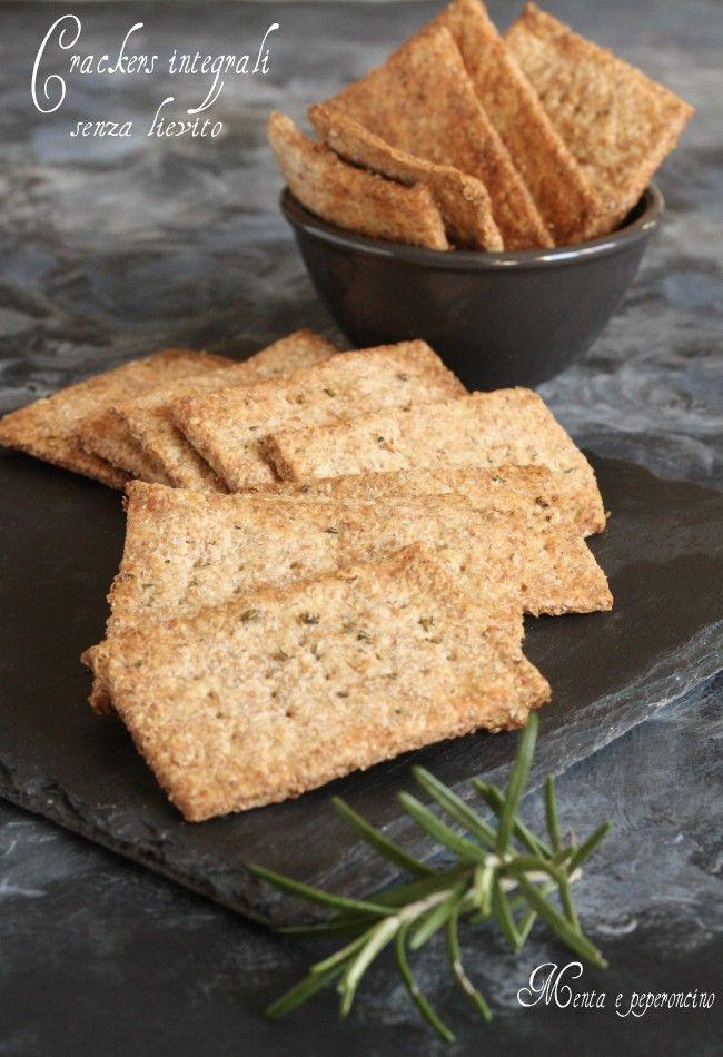Crackers integrali senza lievito: uno snack da concedersi senza sensi di colpa, ma sono ottimi anche da accompagnare i vostri piatti sia a pranzo che per cena, in più basta poco per realizzarli!