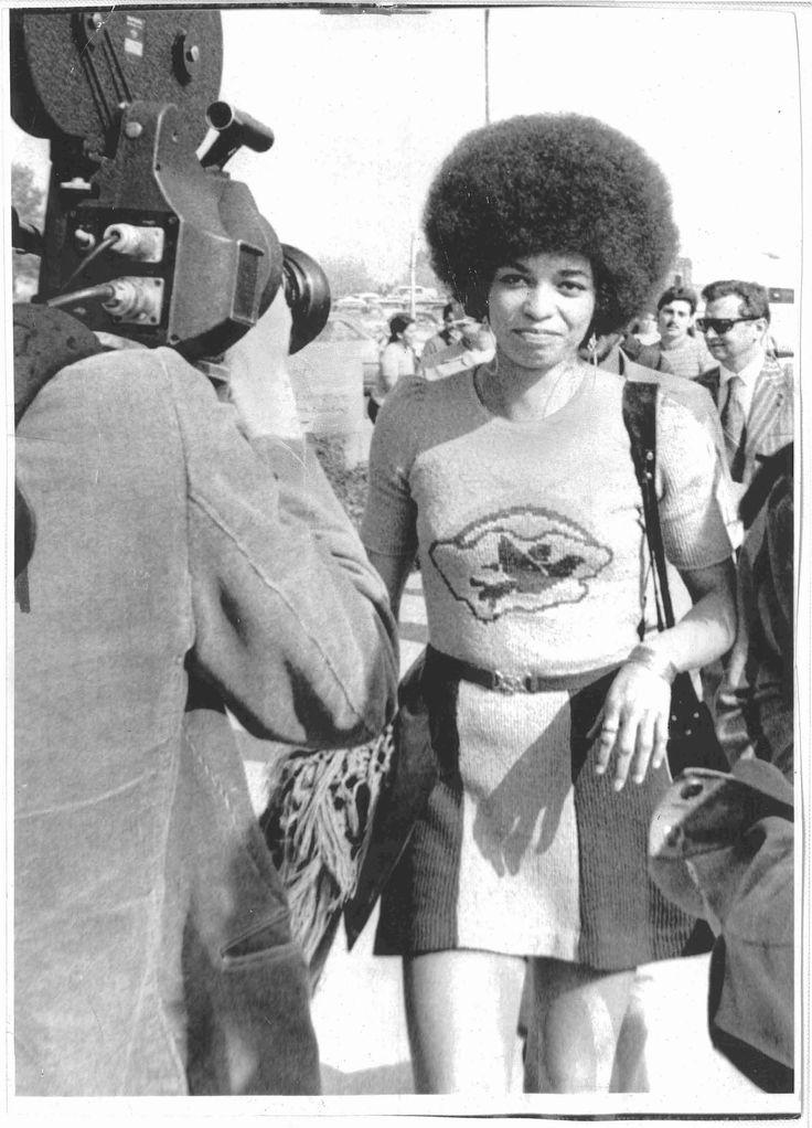 Original vintage press photo of Angela Davis arriving for her trial in April 1972.