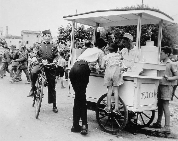 Planas i Montanya, 1960  Carrito de los helados en Palma de Mallorca.