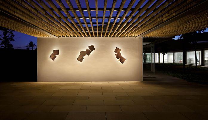 2.Η ιαπωνική τέχνη του οριγκάμι εμπνέει την ισπανική VIBIA και δημιουργεί τα φωτιστικά Origami που σαν ένας φωτεινός κισσός «αναρριχάται» στους εξωτερικούς τοίχους και γίνεται ένα υπαίθριο φωτεινό έργο τέχνης.