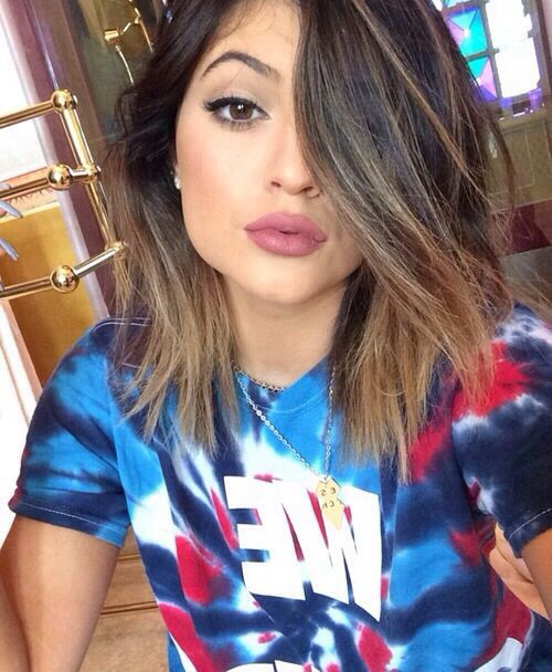 Kylie Jenner  short hair with deep side part and pretty neutral makeup
