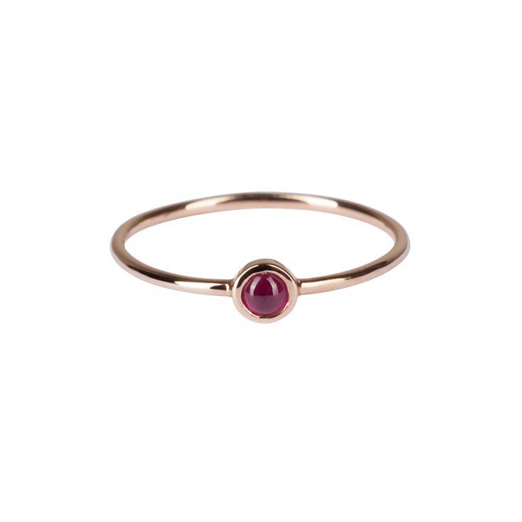 Présentée ici en or rose, rubis Disponible en or rose ou blanc. Saphir ou émeraude