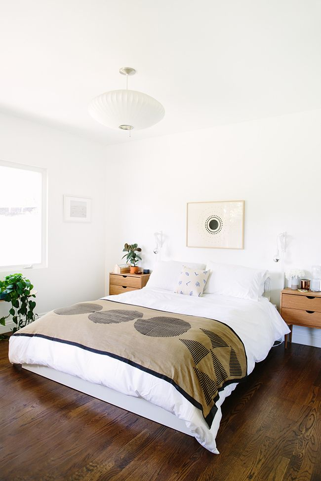 Boho guest room from Almost Makes Perfect.  White walls & white linens, natural wood midcentury nightstands, black and tan throw & artwork & lots of plants. Also includes some great tips on making guests feel comforatable!