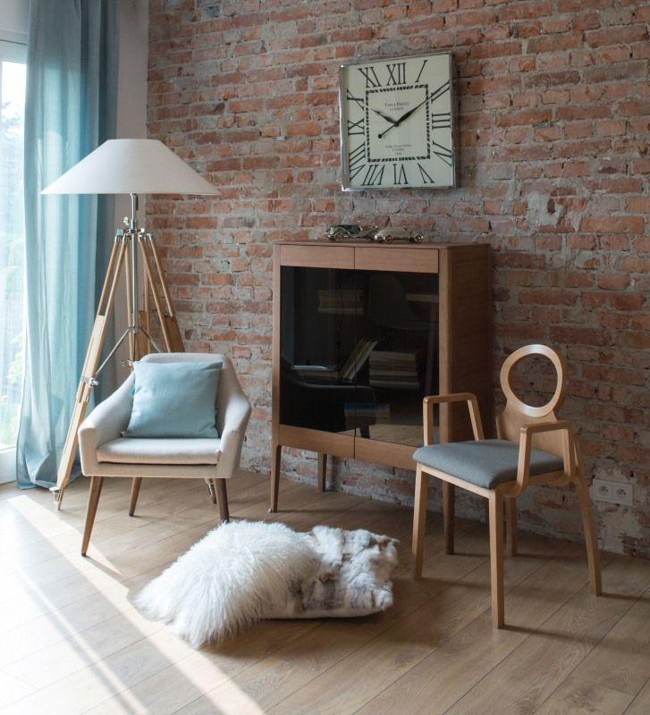 Aranżacja w stylu lat 60 z wykorzystaniem nowoczesnego krzesła o niebanalnych kształtach.