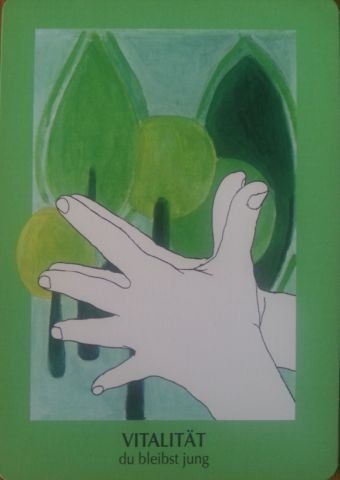 VITALITÁS (zöld) - fiatal maradsz (Öregedésgátló mudra) Ez a mudra erősít minden szinten, jót tesz a nyirokrendszernek és öregedésgátló hatású. A kezeket a kilégzés alatt erősen szorítsd egymáshoz, az ujjaidat pedig terjeszd szét. Ismételd meg többször, minden nap valamivel tovább és erősebben nyomd, és növeld az ismétlések számát. Lásd magad idős korodban, lelkesen, szellemileg frissnek és fiatalnak. Az emberek keresik a közelségedet, jól érzik magukat a társaságodban, és örülnek a vidámító…